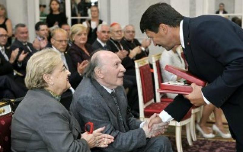 Imre Kertész received Hungary's highest award